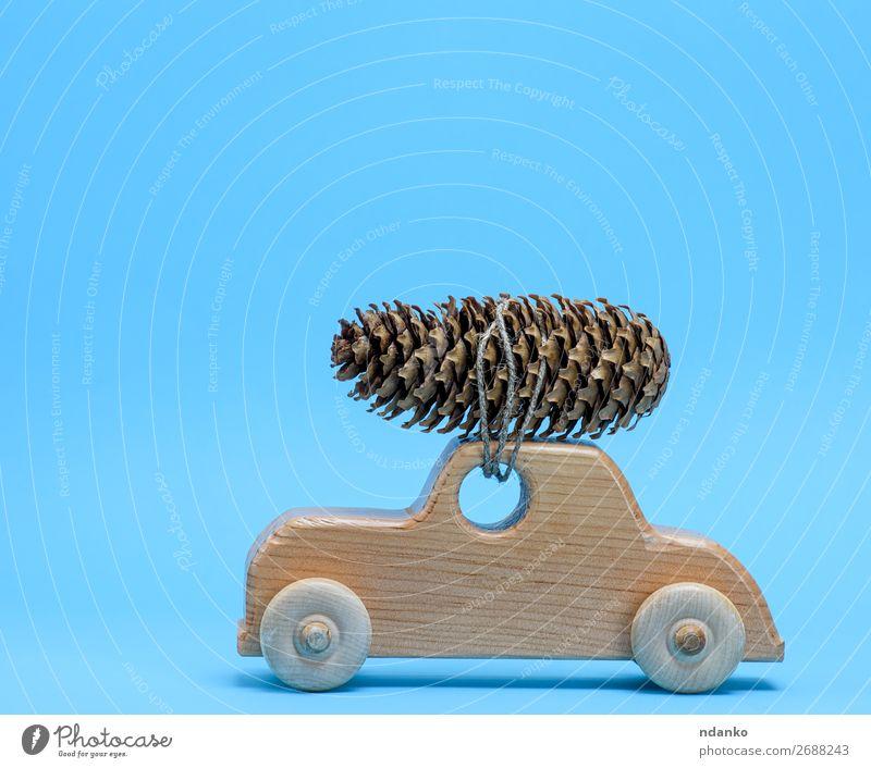 Holzspielzeugauto trägt oben einen Kiefernzapfen. Dekoration & Verzierung Feste & Feiern Weihnachten & Advent Silvester u. Neujahr Verkehr PKW Spielzeug