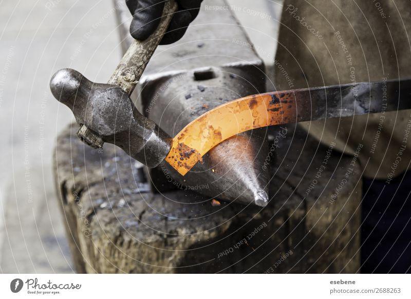 Rotglühendes Bügeleisen in einer Schmiede kaufen Arbeit & Erwerbstätigkeit Beruf Industrie Handwerk Werkzeug Hammer Mann Erwachsene Metall Stahl alt heiß hell