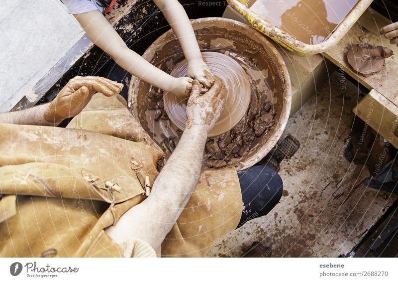 Person, die mit Ton arbeitet Schalen & Schüsseln Topf Basteln Arbeit & Erwerbstätigkeit Handwerk Mensch Frau Erwachsene Mann Finger Kunst berühren machen