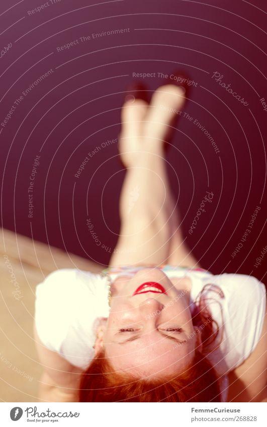 Ausgestreckt. Mensch Frau Jugendliche schön Sonne Sommer Erwachsene feminin Leben Kopf Stil lustig Beine Fuß Junge Frau sitzen