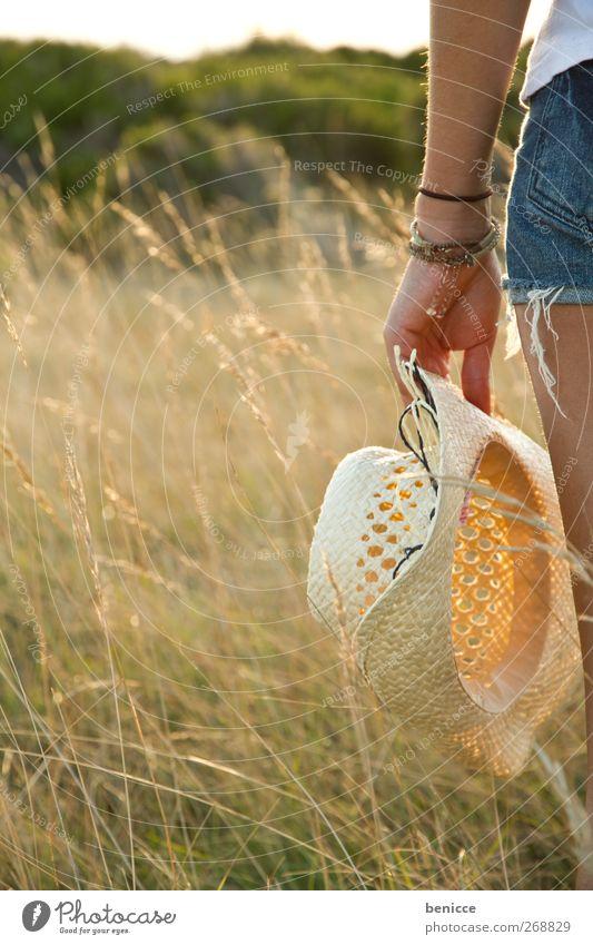 waiting cowgirl Frau Mensch Junge Frau Europäer caucasian Hut Sommer Wiese Frühling Wetterschutz Hand festhalten Freiheit Natur Außenaufnahme Dämmerung Gras