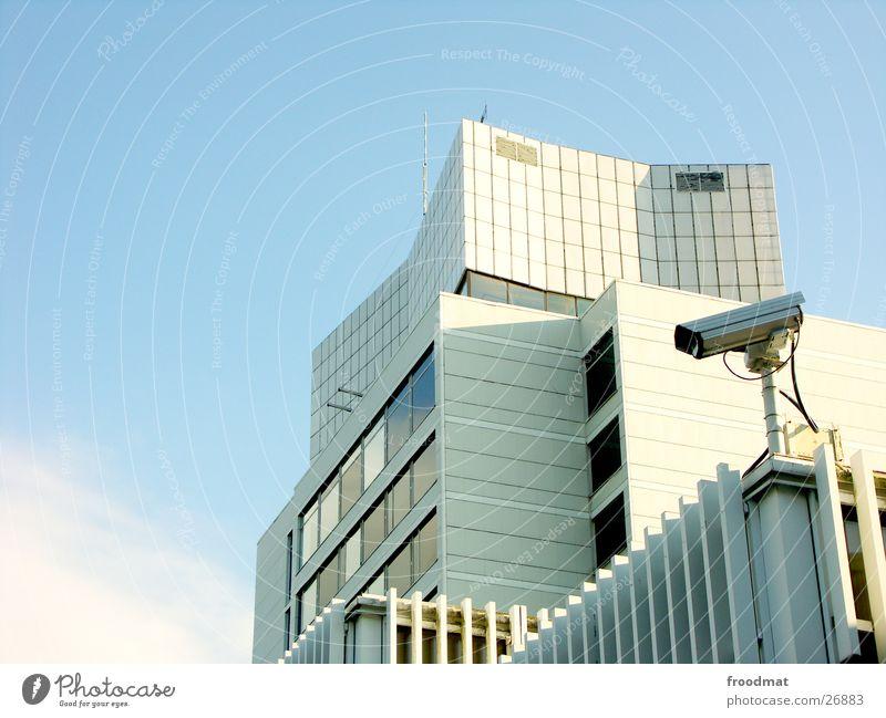 Big Brother - überall Himmel weiß Einsamkeit Wand Mauer Architektur Beton Sicherheit einfach Schutz Fotokamera beobachten Amerika Kontrolle Putz Video