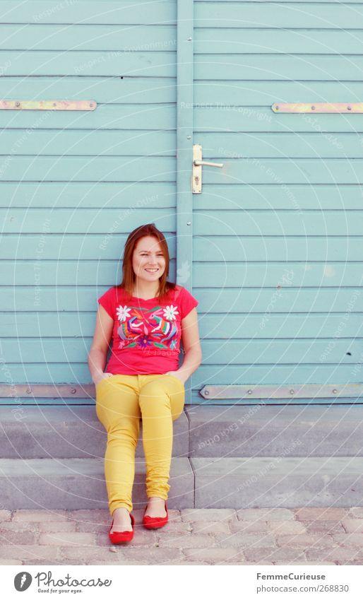 GuteLauneOutfit. Mensch Frau Jugendliche blau schön rot Erwachsene Erholung gelb feminin Zufriedenheit Junge Frau warten sitzen natürlich 18-30 Jahre