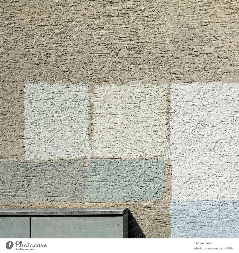 Mai - der Monat für uns Optimisten. Häusliches Leben Haus Mauer Wand Metall grau schwarz weiß Ordnung Putz Farbflächen Muster Farbfoto Gedeckte Farben