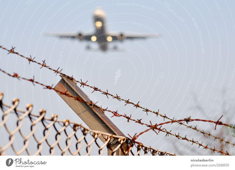 Ich bin dann mal weg.. Wand Glück Mauer außergewöhnlich Verkehr Flugzeug Erfolg Luftverkehr Unendlichkeit Flugzeugstart Zaun Flughafen Flugzeuglandung