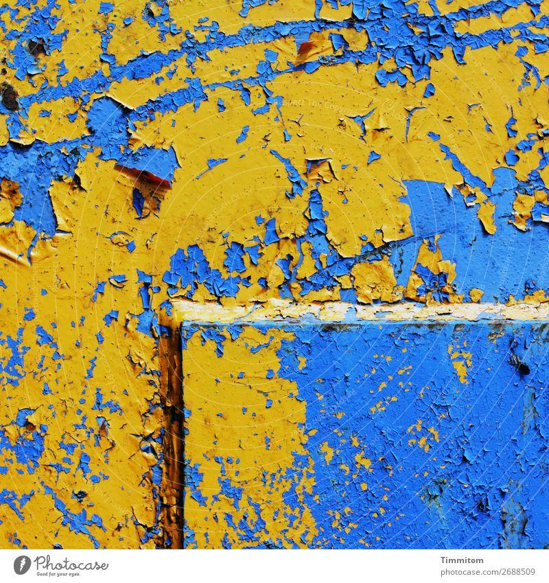 Gelb auf blau Maschine Technik & Technologie Metall Linie alt gelb Gefühle Vergänglichkeit Kratzer Farbfoto Außenaufnahme Menschenleer Tag