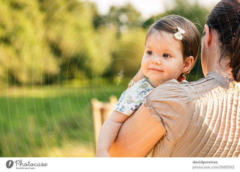 Rückansicht der Mutter, die das Mädchen in den Armen hält. Lifestyle Freude Glück schön Gesicht Erholung Sommer Kind Baby Kleinkind Frau Erwachsene Eltern