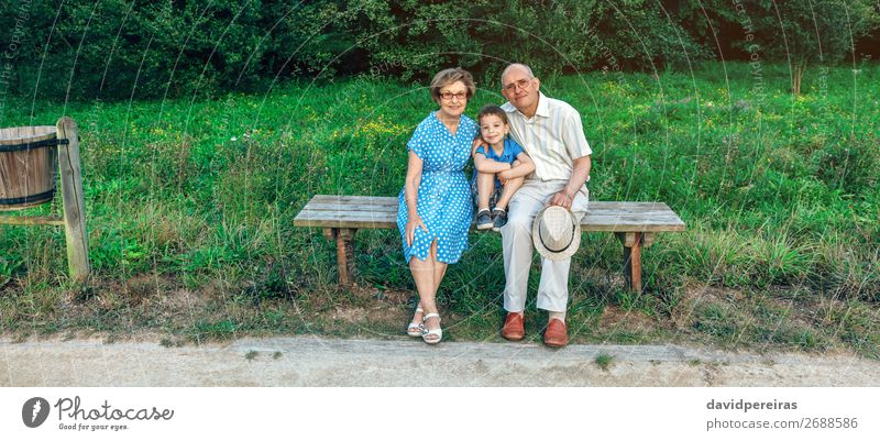 Frau Kind Mensch Mann alt Lifestyle Erwachsene Liebe Familie & Verwandtschaft Glück Junge Zusammensein Freizeit & Hobby Park Technik & Technologie Lächeln