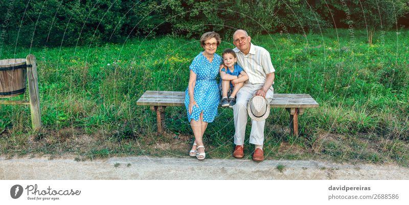 Großeltern und Enkel, die für ein Foto posieren. Lifestyle Glück Freizeit & Hobby Kind Technik & Technologie Mensch Junge Frau Erwachsene Mann Großvater