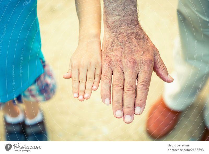 Kind und älterer Mann vergleichen seine Handgröße Haut Leben Ruhestand Mensch Baby Junge Erwachsene Eltern Vater Großvater Familie & Verwandtschaft Finger Natur
