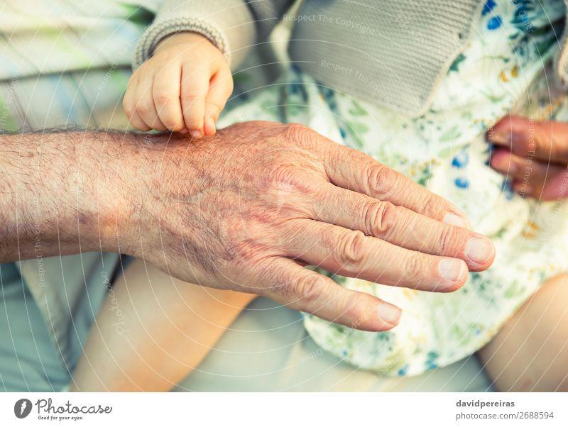 Baby Mädchen berührt Hand des älteren Mannes Haut Leben Kind Ruhestand Mensch Frau Erwachsene Eltern Vater Großvater Familie & Verwandtschaft Finger alt