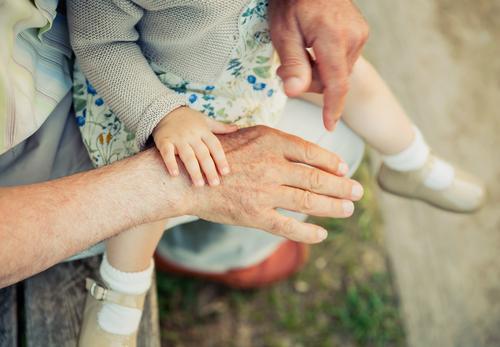 Baby Mädchen berührt Hand des älteren Mannes Haut Leben Kind Ruhestand Mensch Frau Erwachsene Großvater Familie & Verwandtschaft Natur alt berühren Liebe