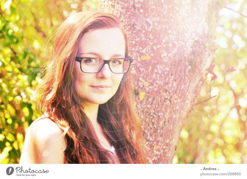 Blickkontakt feminin Junge Frau Jugendliche 1 Mensch einzigartig Haarfarbe rothaarig Brille Brillenträger Brillengestell Brillenschlange Sommer Sommertag