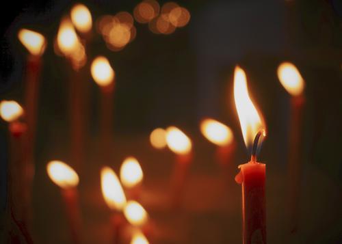 Ignis Kerze Kerzenschein Kerzenflamme glänzend leuchten klein nah viele ruhig Hoffnung Glaube demütig Ewigkeit Religion & Glaube Flackern Kerzendocht Gebet