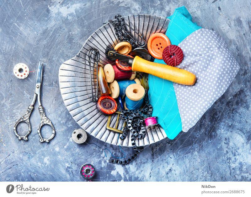 Alte Schere und Faden Schaltfläche Nähen Werkzeug Handarbeit Vase Faser Spule Handwerk Hobby nähen Stoff Gewebe Textil Näherin handgefertigt Garnspulen Bausatz