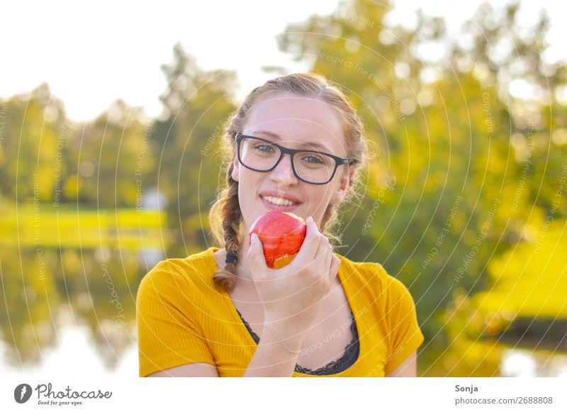 Junge Frau mit Apfel in der Hand Lebensmittel Picknick Lifestyle Gesundheit Gesunde Ernährung Sommer feminin Jugendliche 1 Mensch 13-18 Jahre 18-30 Jahre