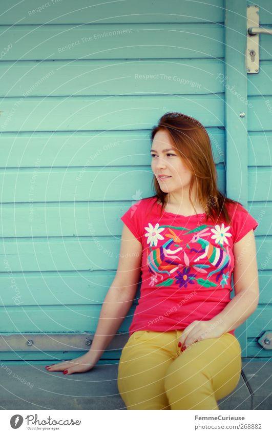 Nahaufnahme vom GuteLauneOutfit. Mensch Frau Jugendliche Ferien & Urlaub & Reisen schön rot Freude Erwachsene Erholung gelb feminin Garten Stil Tür Wohnung