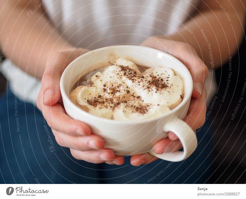 Kaffeepause - Frau mit einer Tasse Cappuccino in ihren Händen Ernährung Frühstück Kaffeetrinken Getränk Heißgetränk Lifestyle feminin Junge Frau Jugendliche