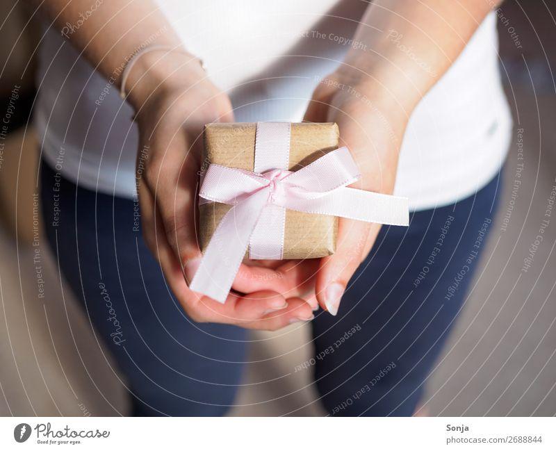 Frau hält Geschenkpaket in ihren Händen Lifestyle Feste & Feiern Valentinstag Hochzeit Geburtstag feminin Junge Frau Jugendliche Leben 1 Mensch 18-30 Jahre