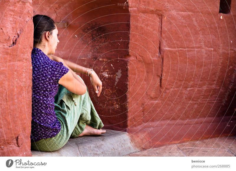 rot sehen Mensch Frau rot Sommer Einsamkeit Erholung Fenster Wand Mauer Traurigkeit Junge Frau sitzen nachdenklich Balkon verstecken Verzweiflung