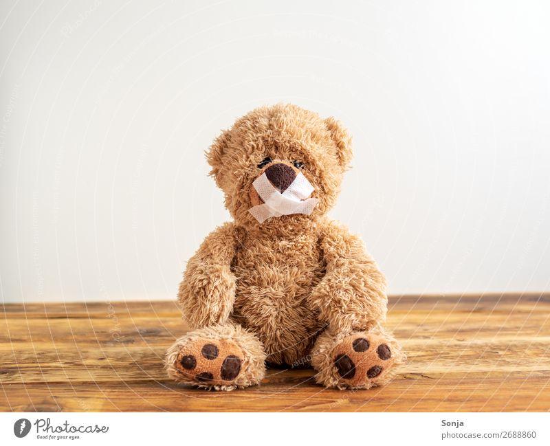 Teddybär mit zugeklebten Mund Einsamkeit Traurigkeit Gefühle Angst sitzen Zeichen Schmerz Verzweiflung Sorge Scham Frustration weinen Enttäuschung Heftpflaster