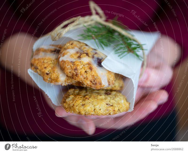 Frau mit Keksen in ihren Händen Lebensmittel Teigwaren Backwaren Süßwaren Lifestyle Weihnachten & Advent feminin Junge Frau Jugendliche Hand Finger 1 Mensch