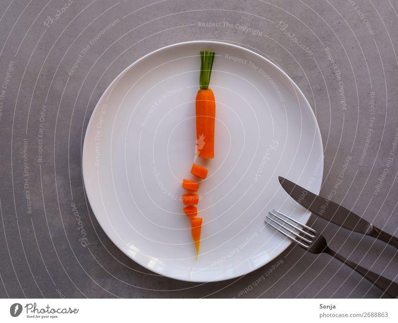 Diät - Gekochte Karotte auf einem weißen Teller Lebensmittel Gemüse Möhre Ernährung Mittagessen Abendessen Vegetarische Ernährung Fasten Geschirr Besteck Messer