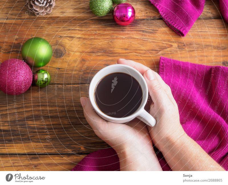 Frau mit Kaffeetasse in ihren Händen Kaffeetrinken Getränk Heißgetränk Espresso Tasse Lifestyle Weihnachten & Advent feminin Hand 1 Mensch 45-60 Jahre