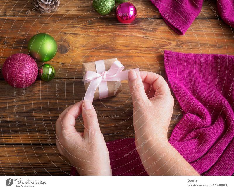 Frau mit Geschenkpaket in ihren Händen Weihnachten & Advent feminin Hand 1 Mensch 45-60 Jahre Erwachsene Schleife machen trendy Vorfreude geduldig Kreativität