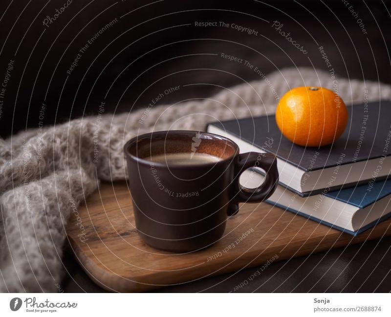 Eine Tasse Kaffee auf einer Ledercouch Lebensmittel Frucht Ernährung Kaffeetrinken Getränk Heißgetränk Lifestyle Freizeit & Hobby lesen Buch alt heiß Erholung