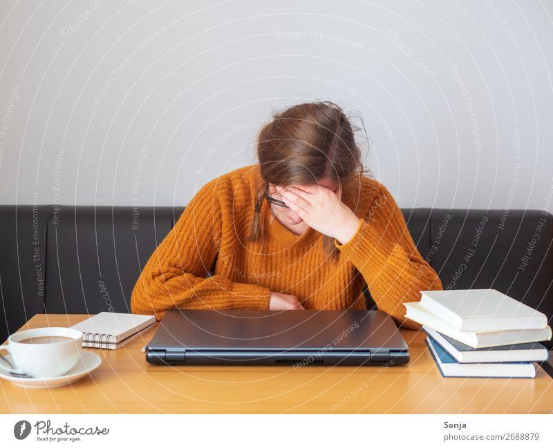 Junge Frau mit Hand am Kopf Lifestyle lernen Student Notebook Informationstechnologie feminin Jugendliche 1 Mensch 18-30 Jahre Erwachsene langhaarig Zopf Buch