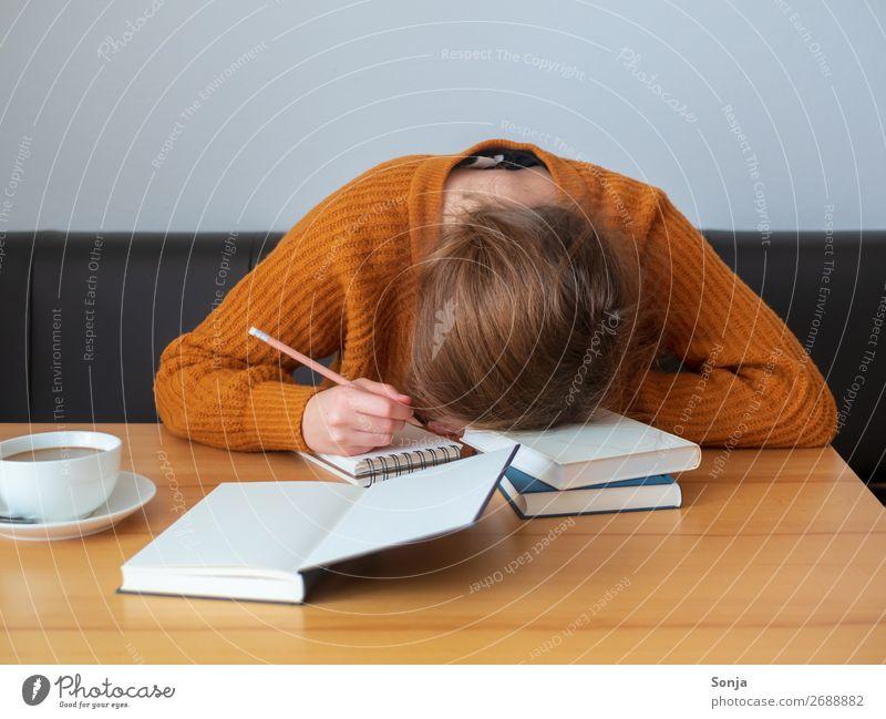 Junge Frau mit dem Kopf auf einem Bücherstapel Kaffee Lifestyle lernen Student feminin Jugendliche 1 Mensch 18-30 Jahre Erwachsene Pullover langhaarig