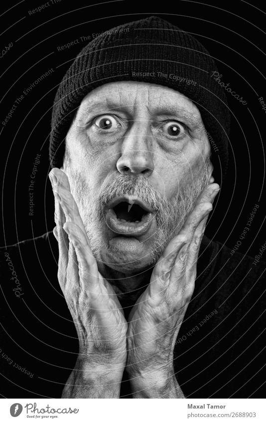 Überrascht von einem starken Mann mit Bart und Wollmütze. Gesicht sprechen Lautsprecher Mensch Erwachsene Mund Hand Vollbart schreien Traurigkeit verrückt Wut