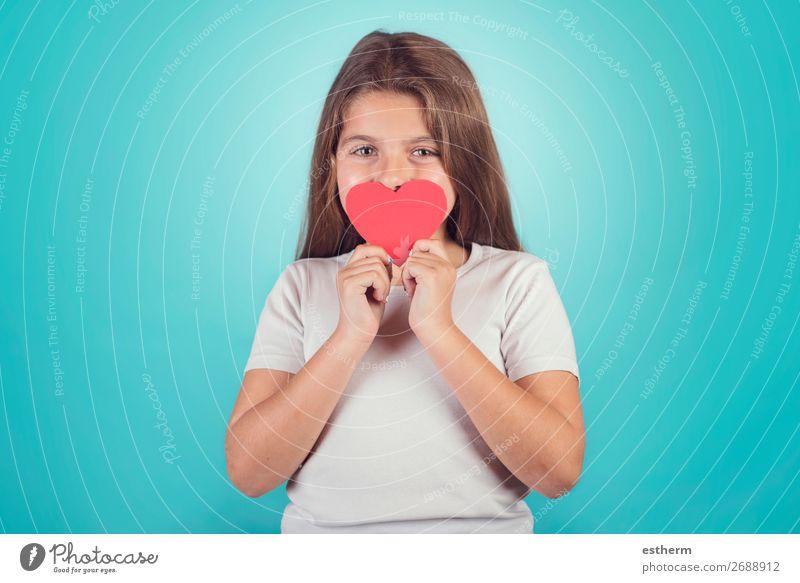 lächelndes Mädchen mit einem Herzen, das ihre Lippen bedeckt. Lifestyle Freude Feste & Feiern Valentinstag Muttertag Mensch feminin Kindheit 1 8-13 Jahre Küssen