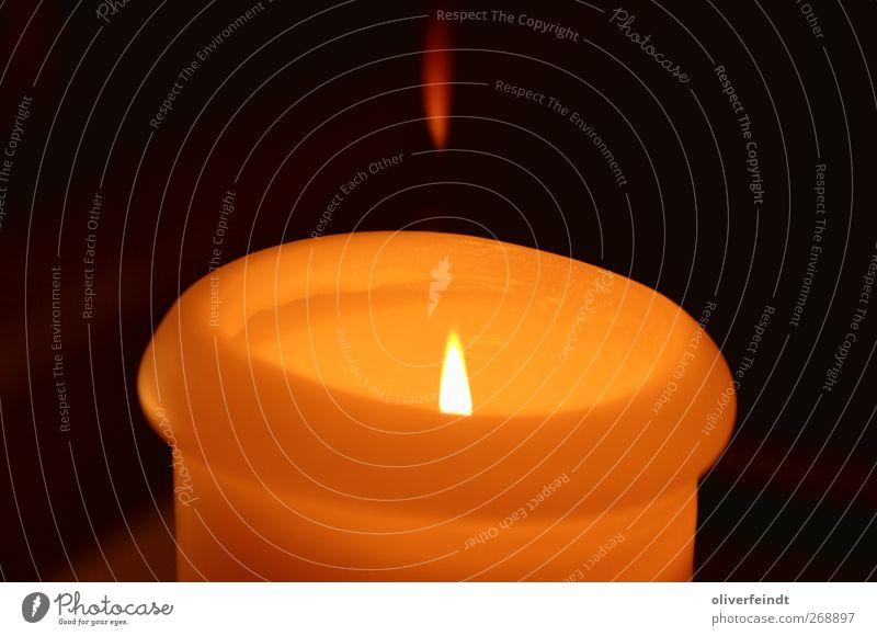 Kerze Sinnesorgane Erholung ruhig leuchten Wärme rot schwarz Stimmung Zufriedenheit Optimismus Geborgenheit Pause stagnierend Flamme gelb orange Farbfoto