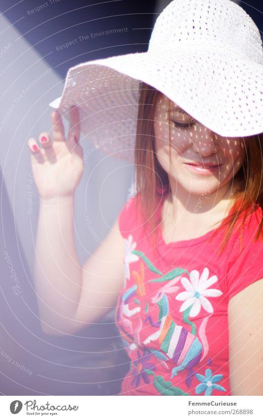 Schattenspender. Lifestyle Stil schön Freizeit & Hobby Sommer Sommerurlaub Sonne Sonnenbad Strand Meer Junge Frau Jugendliche Erwachsene Haut Kopf Hand 1 Mensch