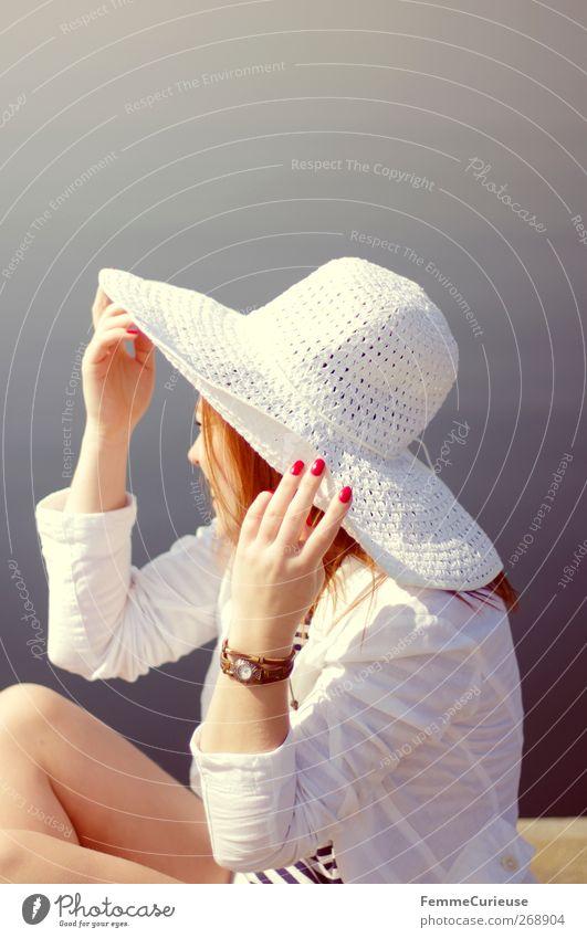 Sommerstimmung. Mensch Frau Jugendliche Hand schön Meer Freude ruhig Erwachsene Erholung feminin Erotik Stil See Zufriedenheit Junge Frau
