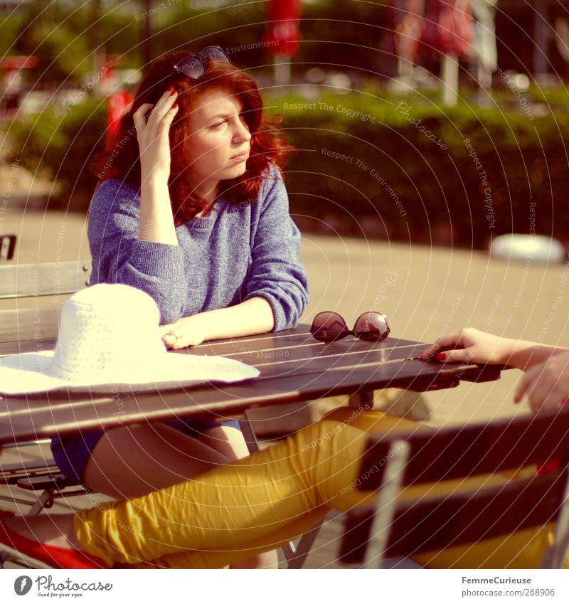 Exchanging news. feminin Junge Frau Jugendliche Erwachsene Freundschaft 2 Mensch 18-30 Jahre Idylle Schwester Geschwister Café Strandcafé Tisch sitzen Holztisch
