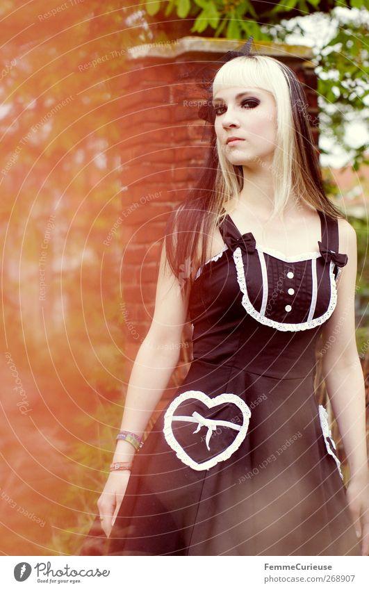 Gothic. Mensch Frau Jugendliche weiß Junge Frau schwarz Erwachsene 18-30 Jahre feminin Haare & Frisuren Garten Park Kraft blond Kleid dünn