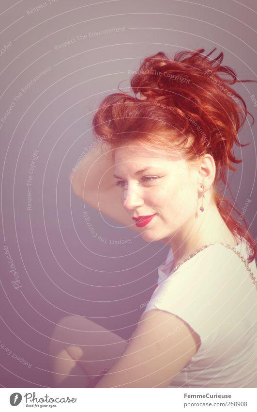 Hochgehalten. Mensch Frau Jugendliche Ferien & Urlaub & Reisen rot ruhig Erwachsene Gesicht Erholung feminin Kopf Haare & Frisuren Stil Zufriedenheit Junge Frau