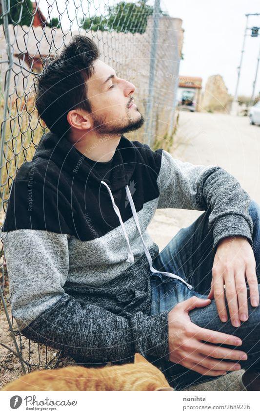 Ein junger attraktiver Mann in Ruhe. Lifestyle Stil Erholung Mensch maskulin Erwachsene 30-45 Jahre Vollbart genießen sitzen Coolness frisch braun Stimmung