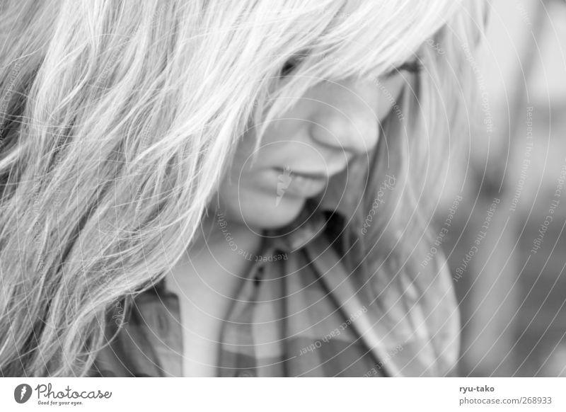 vielleicht auch nicht Mensch feminin Junge Frau Jugendliche 1 18-30 Jahre Erwachsene blond langhaarig Pony träumen Traurigkeit schön seriös grau Gelassenheit