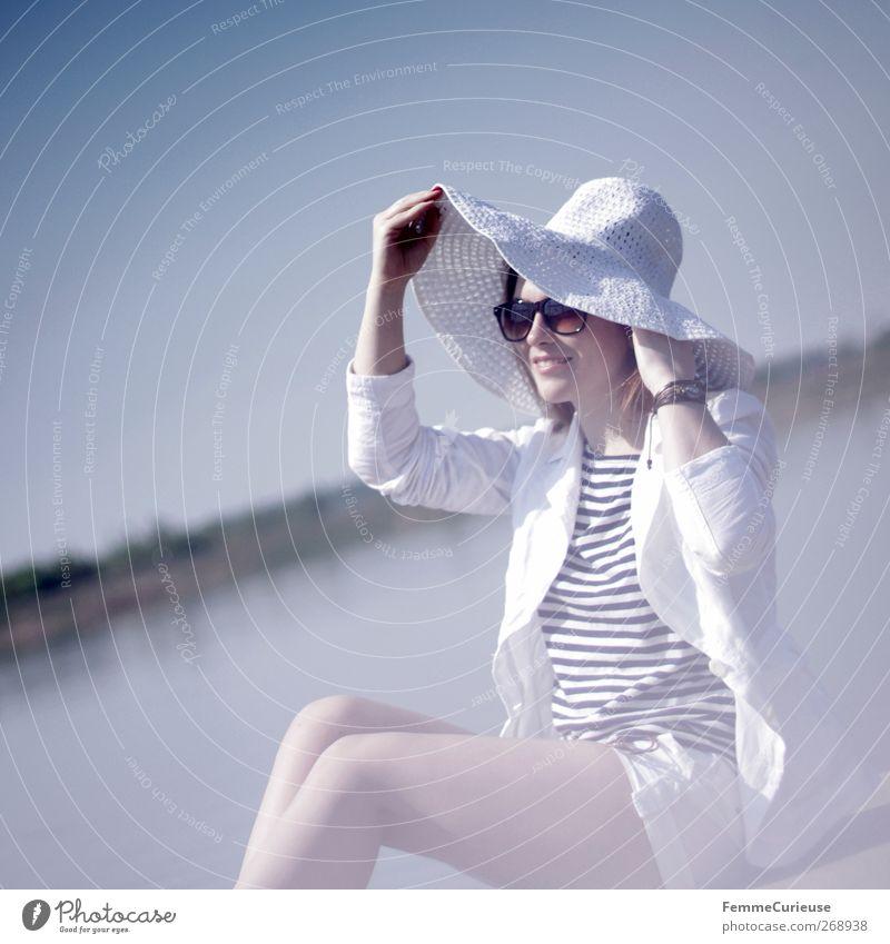 Sun is up! Mensch Jugendliche weiß Ferien & Urlaub & Reisen Sommer Meer feminin Erotik See Beine Junge Frau sitzen Haut Lifestyle T-Shirt Model