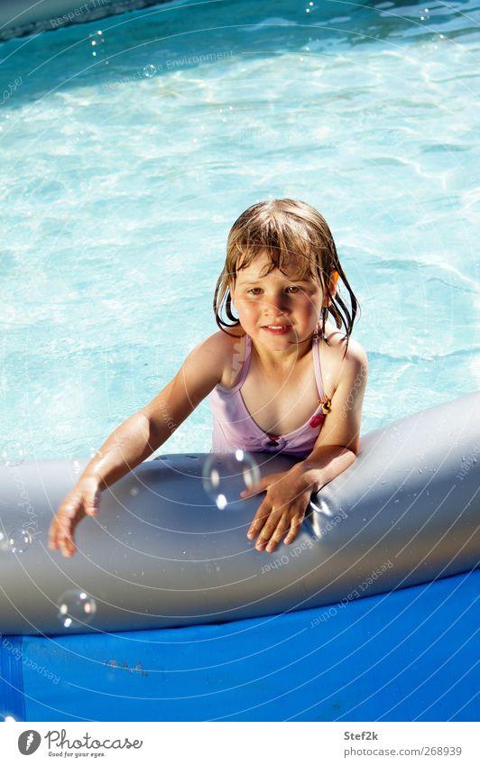 pool bubble action Mensch Kind blau Wasser Sommer Mädchen Freude Erholung Wärme Spielen Gefühle Glück Schwimmen & Baden Kindheit nass Fröhlichkeit