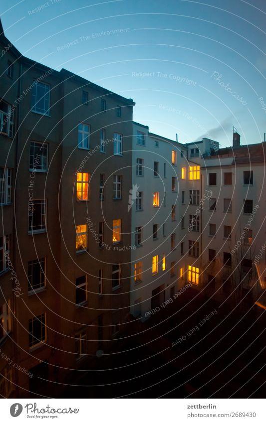 Schöneberg von hinten Abend Brandmauer dunkel Erkenntnis Fassade Fenster Haus Himmel Himmel (Jenseits) Hinterhof Hof Innenhof Stadtzentrum Licht Mauer