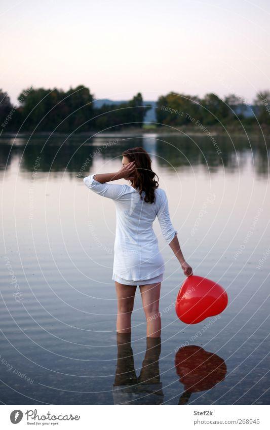 heart to give feminin 1 Mensch 18-30 Jahre Jugendliche Erwachsene Wasser Seeufer Stoff Luftballon Erholung stehen träumen Traurigkeit weinen nass Erotik weich