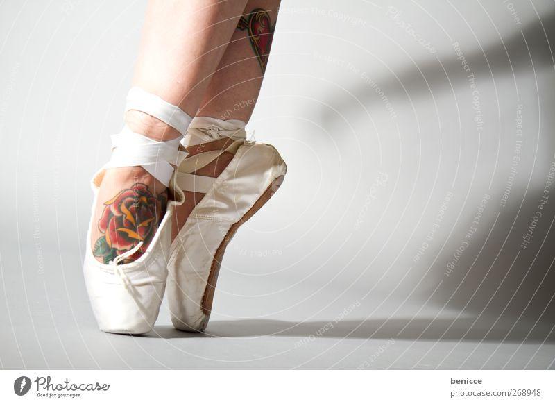 bravo Balletttänzer Ballettschuhe Rose Tattoo Tanzen Tanzveranstaltung Tänzer Gegenteil Nahaufnahme Werkstatt Fuß Beine stehen Zehenspitze Ballerina Schatten