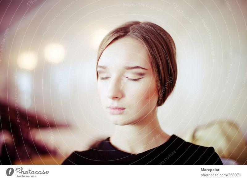 Mensch Jugendliche schön Erwachsene Liebe feminin Kopf Haare & Frisuren Junge Frau elegant 18-30 Jahre geheimnisvoll Gelassenheit genießen brünett Duft