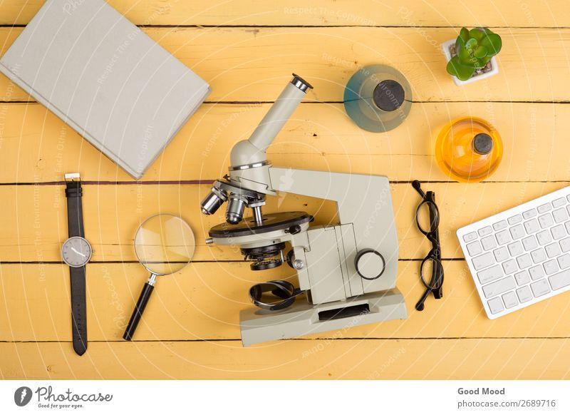 Mikroskop, Buch, Lupe, Uhr, chemische Flüssigkeiten Flasche Schreibtisch Tisch Wissenschaften Schule lernen Klassenraum Studium Labor Arbeitsplatz