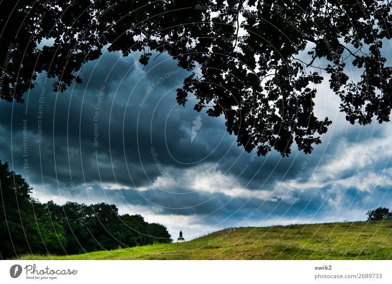 Brodelt Umwelt Natur Landschaft Pflanze Gewitterwolken Horizont schlechtes Wetter Baum Gras Wiese Hügel Kirche bedrohlich Farbfoto Außenaufnahme Menschenleer
